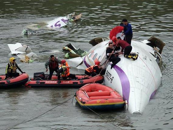 台湾复兴航空客机坠河