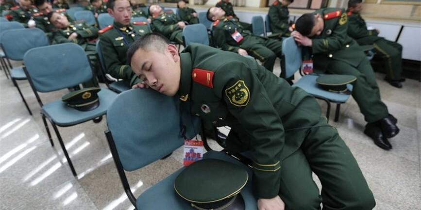 春运故事:执勤武警睡着了