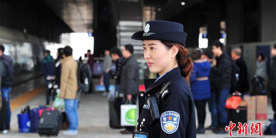 """""""90后""""美女铁警的""""火车春节"""""""