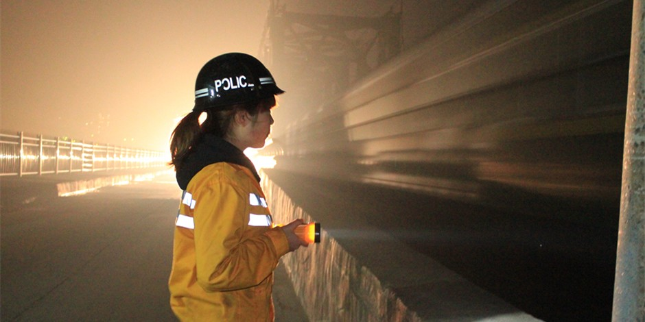 图片故事:90后美女桥隧看守工的春运