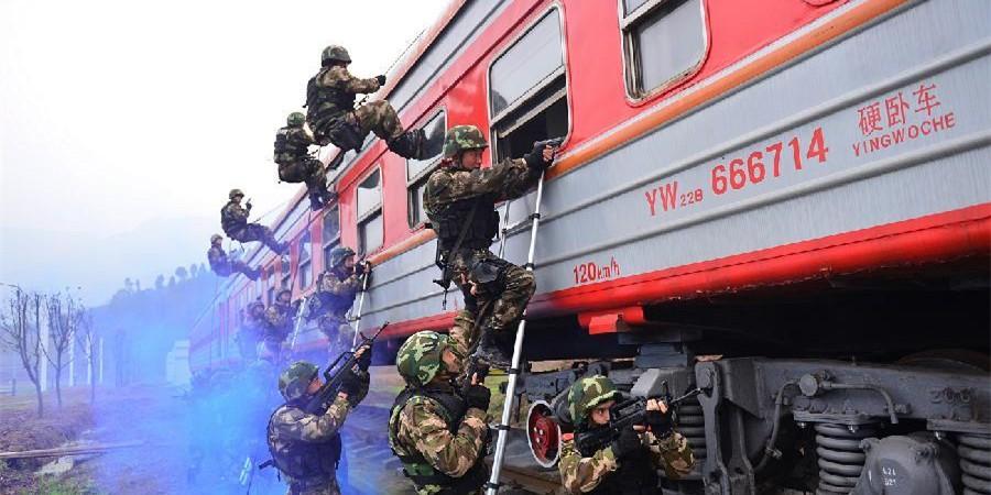 重庆武警特战官兵演练列车反恐保春运