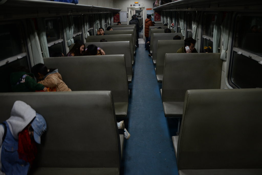 """部分春运列车车厢空荡 坐票乘客睡""""卧铺"""""""