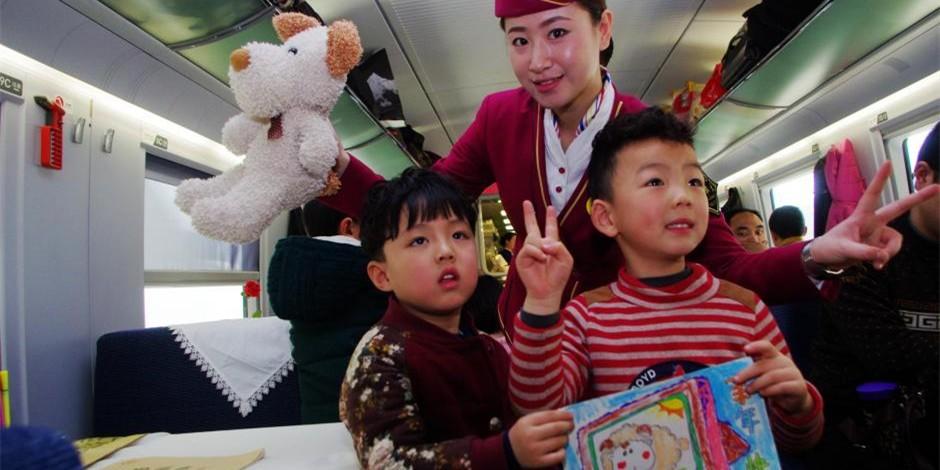 京广高铁车队五心服务 高姐与小朋友共画羊祈福