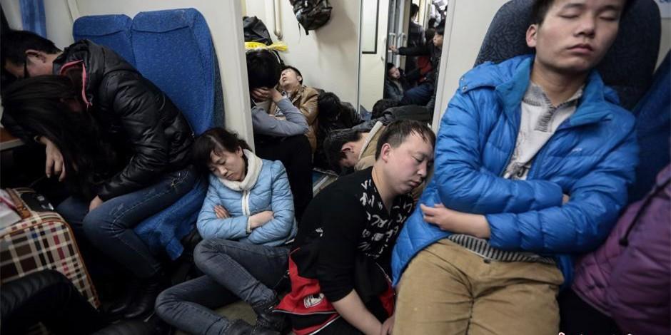 2015年春运:返程客流 乘客车厢席地而睡