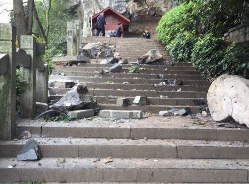 广西桂林一景区游客被滚石击中