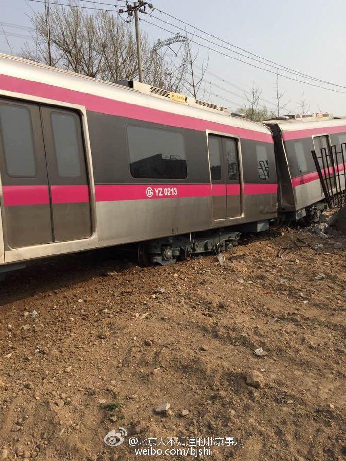 北京地铁新线_现场图:北京地铁亦庄线列车出轨司机被困 - 华声新闻