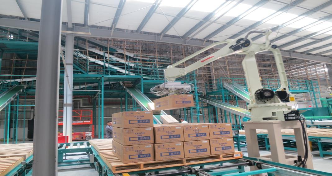 (海信科龙空调江门生产基地生产线上的机器人正在作业) 目前已经投产的海信科龙空调江门生产基地,就拥有九条外机生产线、七条内机生产线、一条R290新冷媒生产线,是海信科龙空调在中国打造的首个智能化工厂,拥有JIT、VM等供应链运行方式及覆盖全流程的信息化手段,可确保高效运行和最佳品质。这在大大提升工厂生产效率的同时,也推动整个员工个人能力和水平的同步提升。 显然海信科龙空调工厂是搬迁并不是要停止顺德工厂的生产,因为员工可以自由选择是去新的平台发展,还是继续在现有平台的发展,并没有随着企业的升级而被抛弃