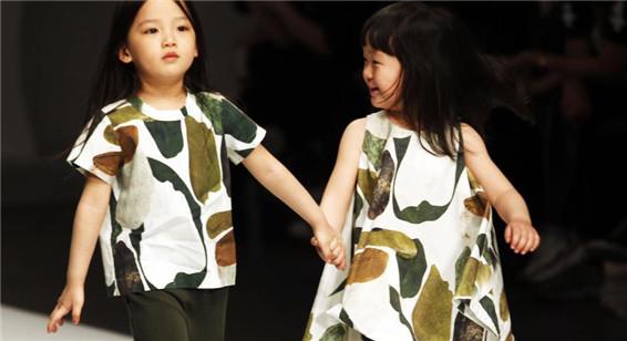 中国时装周上演童装秀 萌娃齐上阵可爱俏皮