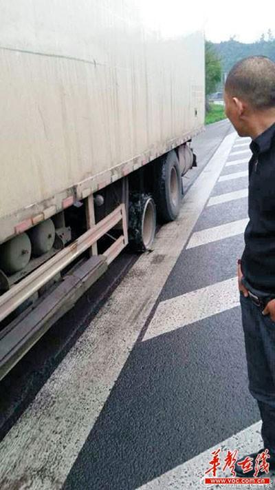 吓傻了 大货车高速路上掉了俩轮胎还跑得挺欢