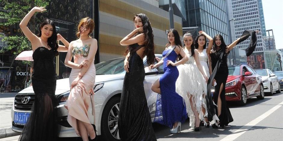 成都:靓丽车模街头摆pos玩快闪 引路人拍照