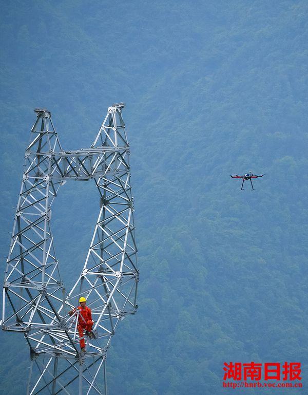 """国网常德供电公司首次采用""""无人机""""施放牵引绳技术."""