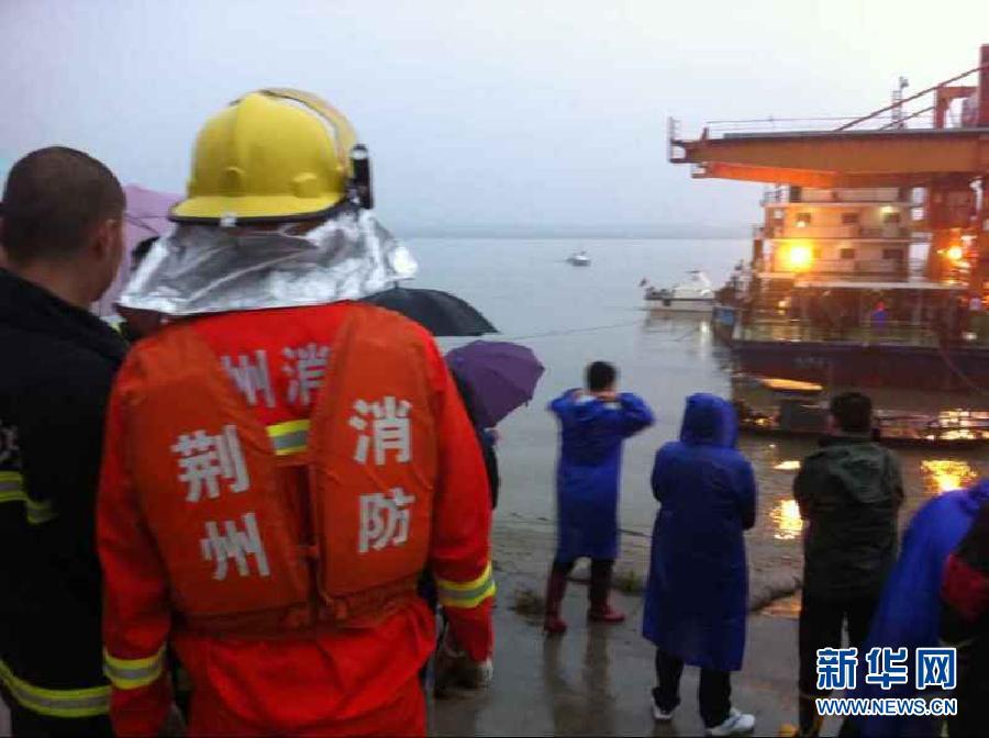 """一艘从南京驶往重庆的客船""""东方之星""""轮在长江中游湖北监利水高清图片"""