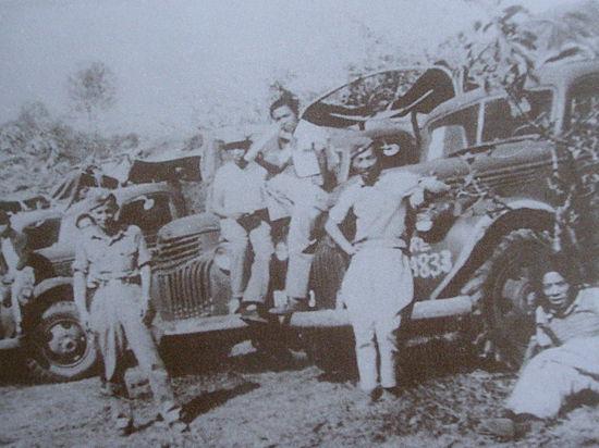 南侨机工在滇缅公路途中休息。