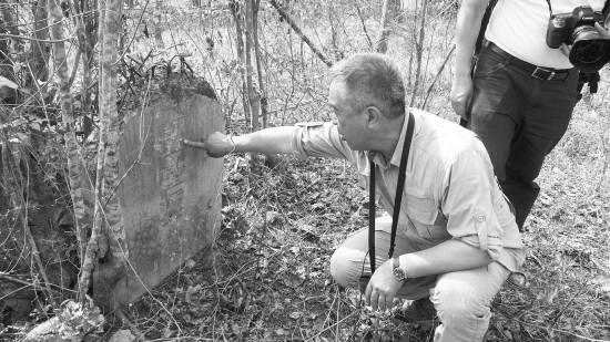 戈叔亚在缅甸八莫寻找远征军墓地