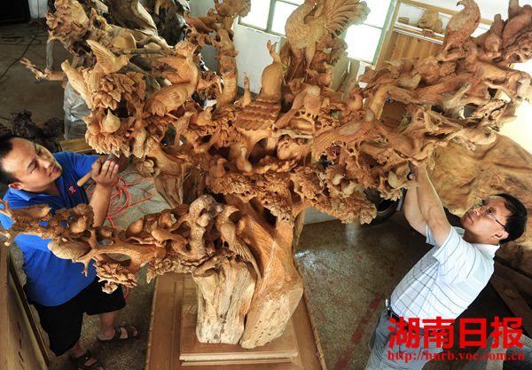 其红木雕刻作品畅销国内