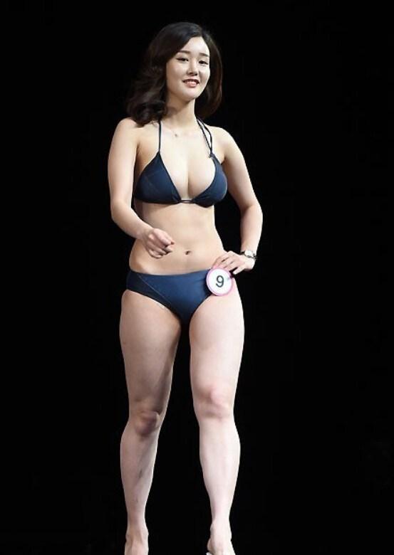比基尼美女云集韩国美背小姐大赛 竖