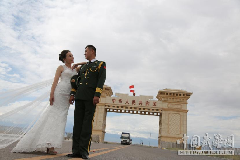 武警在中哈边境办浪漫婚礼 界碑前下跪求婚