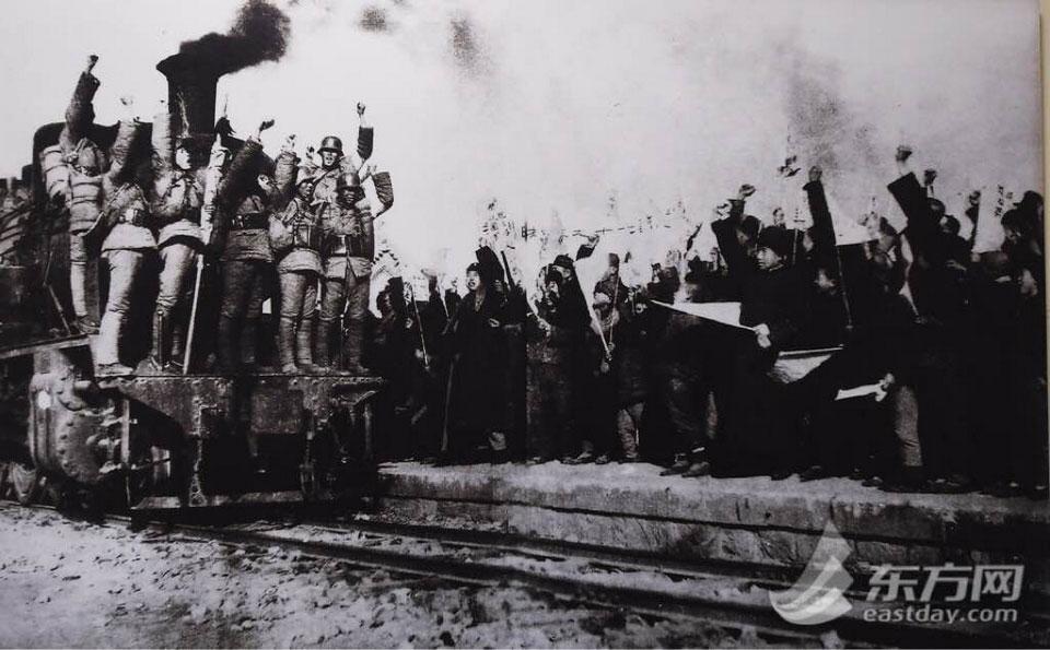 纪念馆内珍藏的历史照片——太原市民为决死队战士送行.-探访太原图片