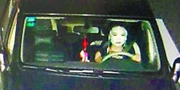 美女高速公路上开夜车敷面膜 吓坏交警