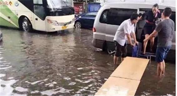 """上海暴雨积水 空姐""""走T台""""过街"""