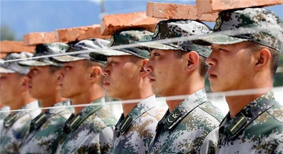 阅兵坦克方队官兵头顶砖块 盘点阅兵训练神器