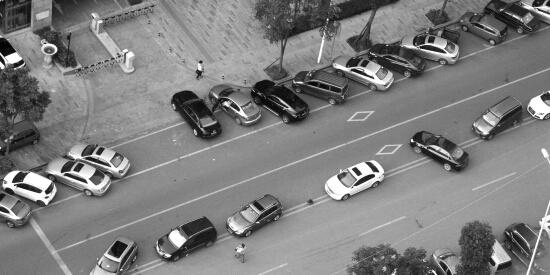 长沙新修马路成停车场 隔离桩被压成大饼