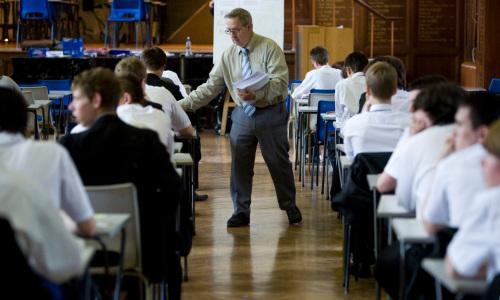 资料图片:近日,英国威尔斯地区一所中学,1400份高等生物的答案卷全都不翼而飞。