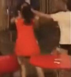几名醉酒女子电影院上演全武行 不断撕衣扇耳光拽头发