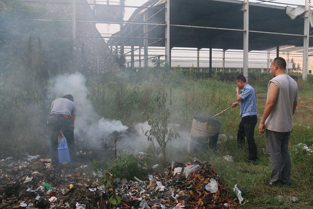 的废油桶内焚烧