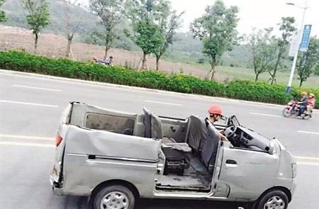 """重庆街头现""""敞篷式""""面包车 网友:太夸张(图)"""