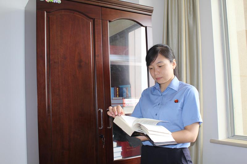 警嫂凌洁:维护法律尊严的女检察官