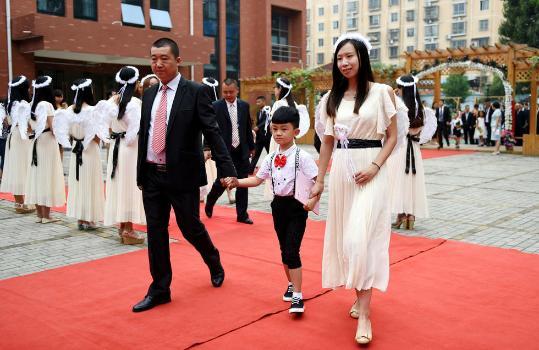 洛阳新生入学 家长陪伴走红毯