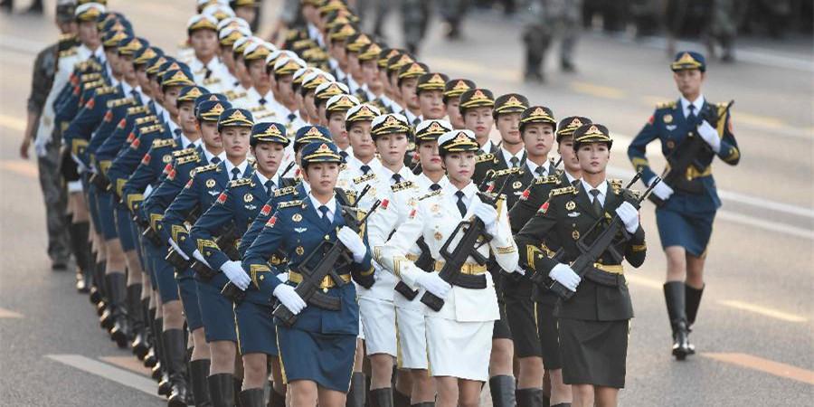 三军仪仗队女兵做准备