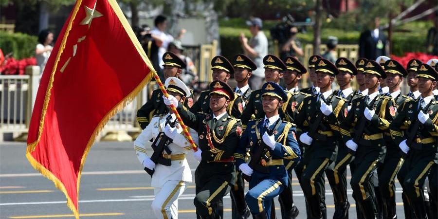 三军仪仗队方队接受检阅