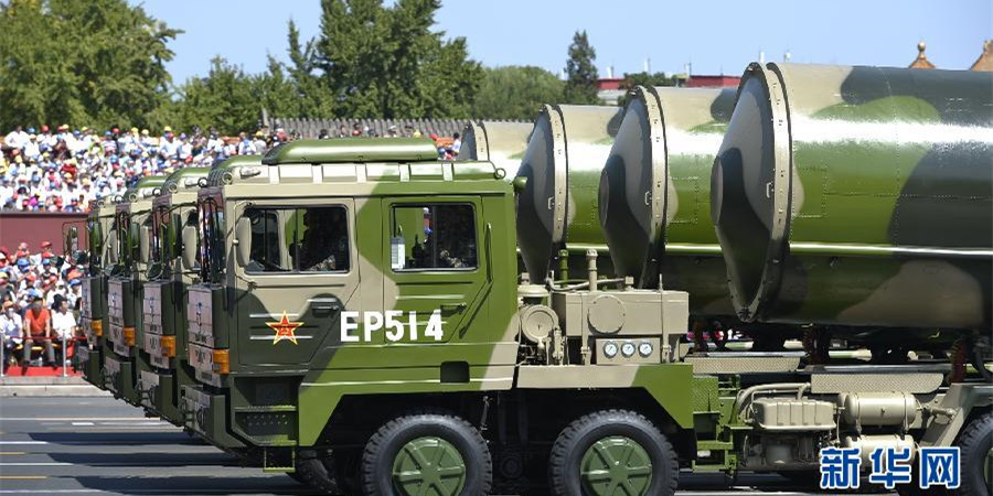 核导弹第一方队接受检阅