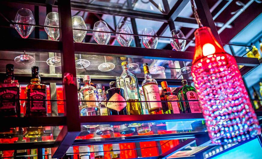 青岛夜潮酒吧消费_青岛酒吧夜生活:城市夜行者的秀场 - 华声新闻