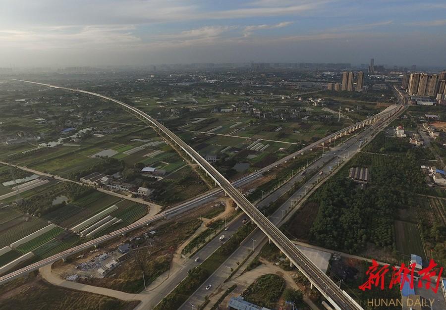 轨道在此穿过京广高铁.该工程连接高铁长沙南站和长沙黄花国
