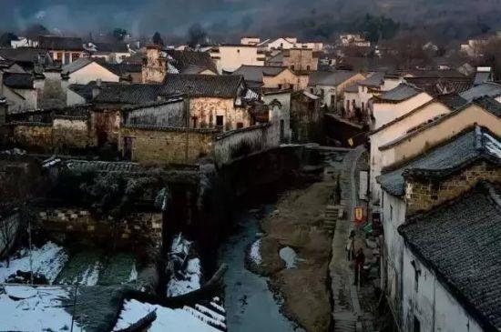 查济古镇 查济位于安徽,是中国现存最大的古民居群之一,古镇原有108座桥梁,100座祠堂、108 座庙宇,现尚有古代建筑140余处。它破败颓废的沧桑之美,能让人看见中国乡村时代辉煌的历史。在查济,除了居住需要外的民居之外,现存的遗迹主要是祠堂和牌坊,它们都深深地打上了氏族时代里彰显孝道和祖先崇拜的烙印。 在查济,素有奇葩三雕,交相辉映之说。三雕就是用在建筑上的木雕、砖雕和石雕。在查济,处处散落着三雕的身影,或优雅,或雄浑,或繁复,姿态各异,美轮美奂。 最佳旅游时间:四季皆宜,春秋最佳 建议游玩天数:半