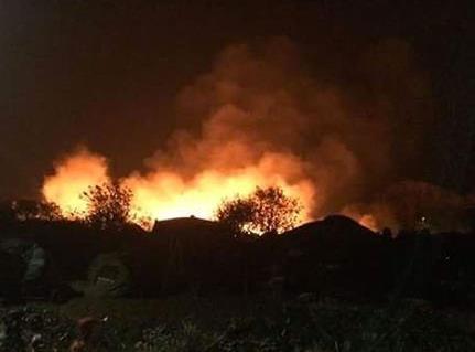 恐怖袭击后数小时 法国加莱难民营燃起大火