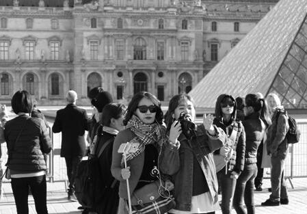 中国游客仍在巴黎拍照购物:巴黎不像想象中那么可怕