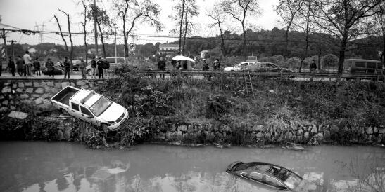 长沙两车相撞一小车坠河 司机开天窗逃生