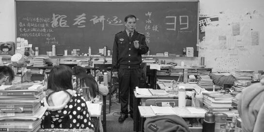 """中南林科大60岁保安成""""考研班主任"""""""