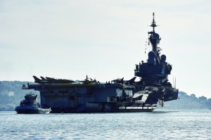 """戴高乐""""号是法国唯一的现役航母,也是法国海军旗舰,以著名政治家、已故前总统戴高乐将军命名。这艘航母此次搭载18架""""阵风""""战机和8架""""超级军旗""""战机,将大大增强法国在叙利亚和伊拉克实施空袭的能力。"""