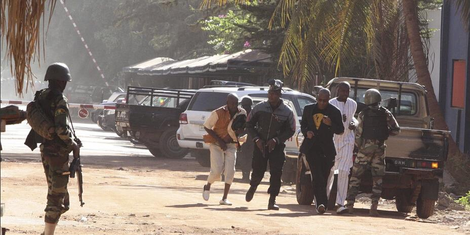 马里安全部队疏散酒店附近民众(高清组图)