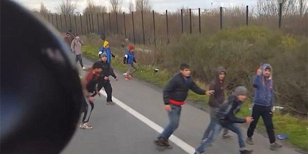 法国一卡车司机开车撞向难民