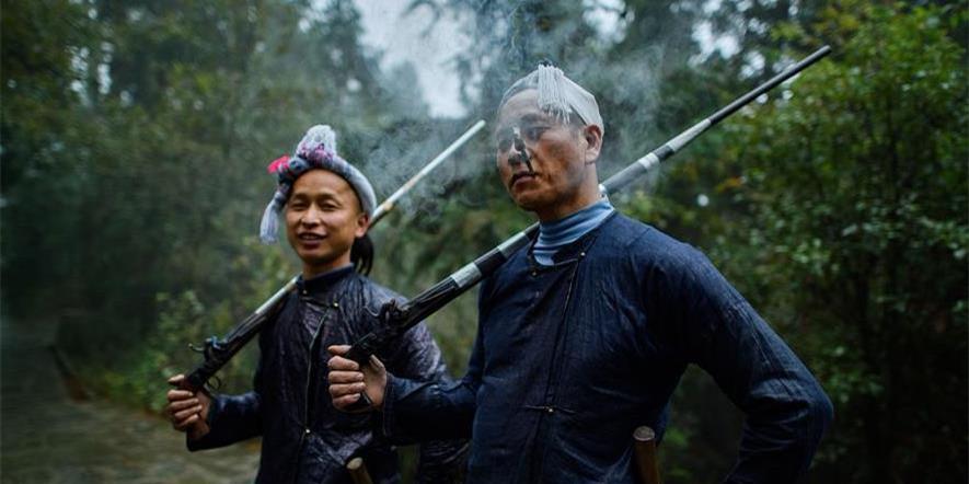 """探秘""""中国最后一个枪手部落"""""""