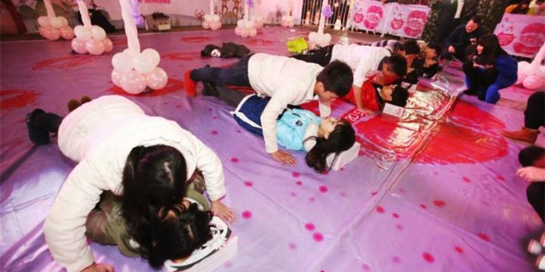 武汉一商业街举办接吻大赛
