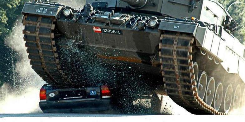 土豪减压法:开着大坦克碾压小汽车感觉真棒