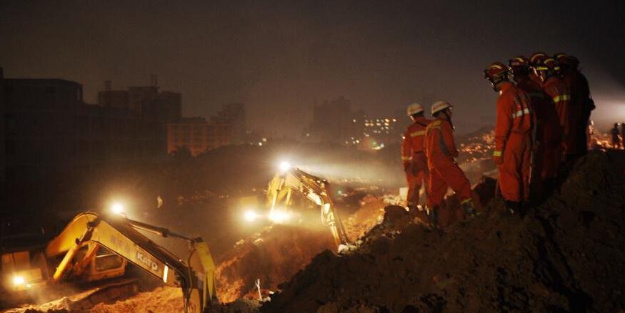 深圳山体滑坡 救援人员夜间持续搜救