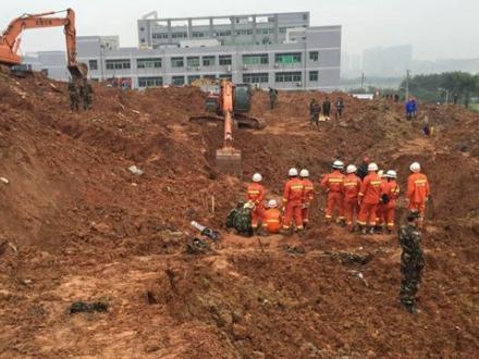 深圳山体滑坡救援:消防人员发现一处强烈生命迹象